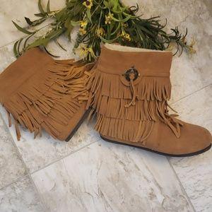 Shoes - Sz 8 Tan Suede Moccasin Boots